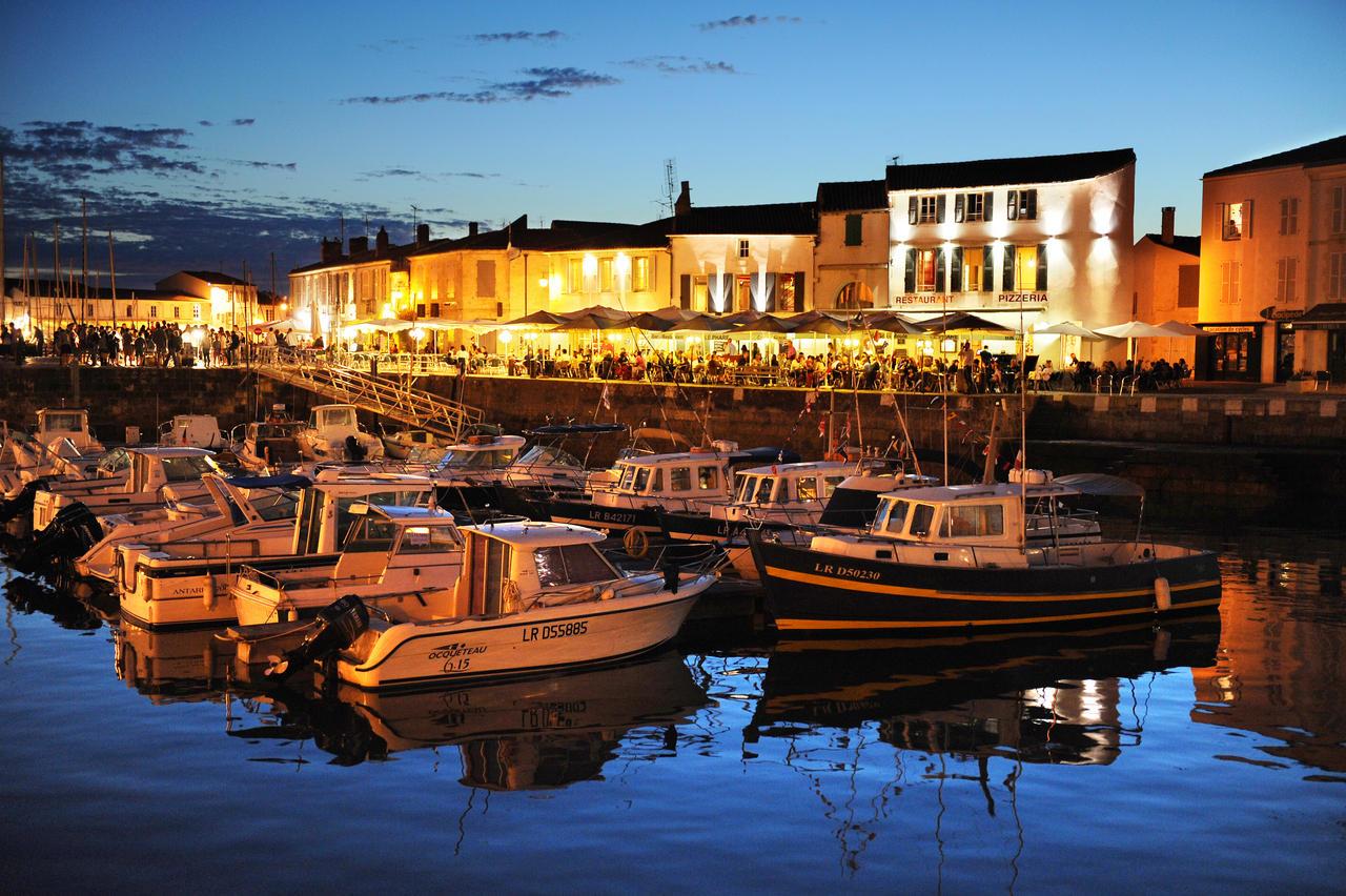 Les terrasses des restaurants du port de Saint-Martin-de-Ré de nuit. Tourisme sur l'île de Ré. Le 16 08 2011. PHOTO XAVIER LEOTY